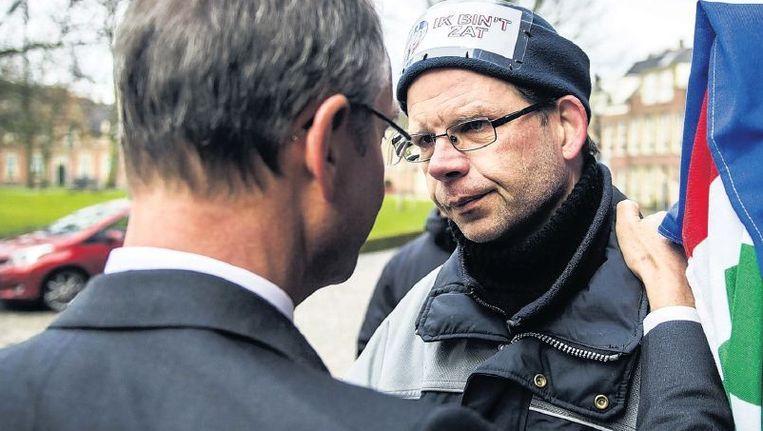 Minister Kamp van economische zaken in gesprek met boze Groningse actievoerders. 'Ik zit niet achter mijn bureau en zeg: Haal er even wat extra gas uit. Zo gaat dat niet.' Beeld anp
