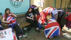 """""""We kamperen hier al dertien dagen"""": Britse koningshuisfans wachten op eerste glimp van pasgeboren prins"""