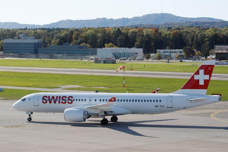 Een Airbus A220 van Swiss op de luchthaven van Zürich.