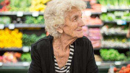 """Een """"tragere"""" kassa, speciaal voor ouderen: deze supermarkt test het uit"""