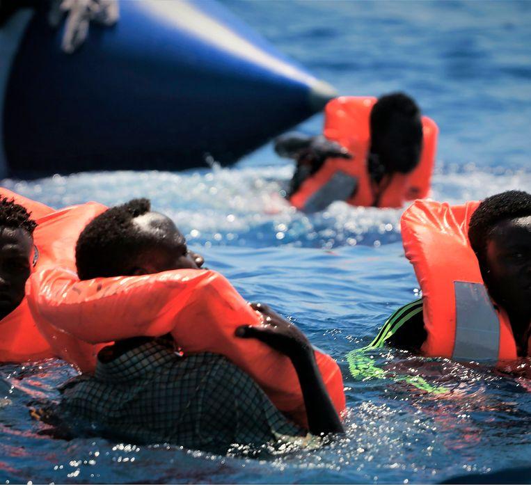 Migranten gered door de Ocean Viking. Beeld AP