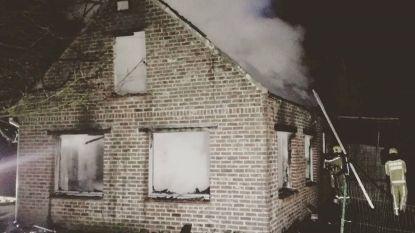 Bakker merkt nachtelijke brand op: zomerwoning gaat in vlammen op
