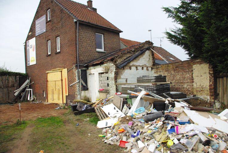 De inboedel van de keuken werd buiten op een hoop gegooid. Het huis van het koppel werd onbewoonbaar verklaard.