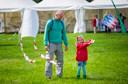 Kiki Clarijs (5 jaar) uit Breda oefent met haar zelfgemaakte vlieger. Foto: Else Loof