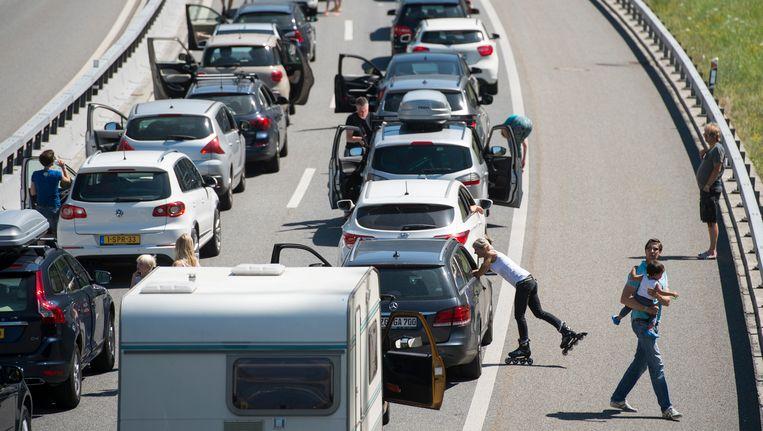 Automobilisten schuiven aan voor de Gotthardtunnel in Zwitserland. (Archieffoto 10 juli 2015)