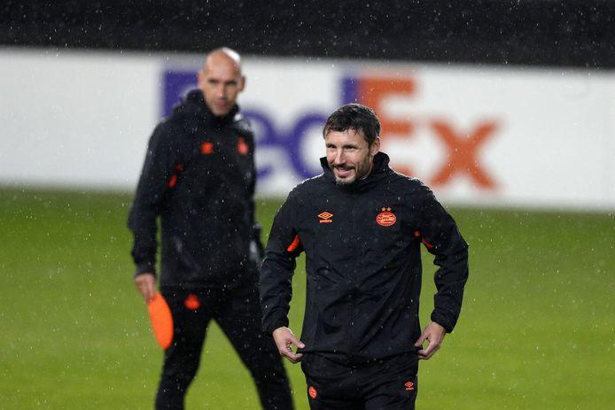 PSV-trainer Mark van Bommel met in zijn kielzog Jürgen Dirkx, assistent-coach van PSV.