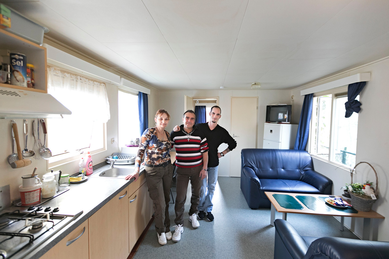 Vlnr: Erzsebet, haar man Zotal Palsint en hun vriend Istvan Iszli in hun chalet op Prinsenmeer Ommel.