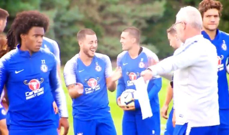 Eden Hazard lacht zijn tanden bloot tijdens een training met Chelsea.