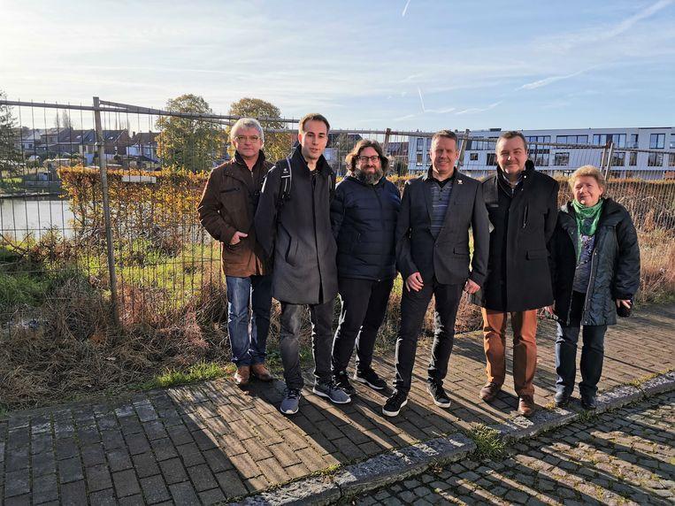 Leden van de N-VA-fractie aan de vijver in Essenbeek in november toen ze protesteerden tegen de overeenkomst van de stad met de ontwikkelaar.