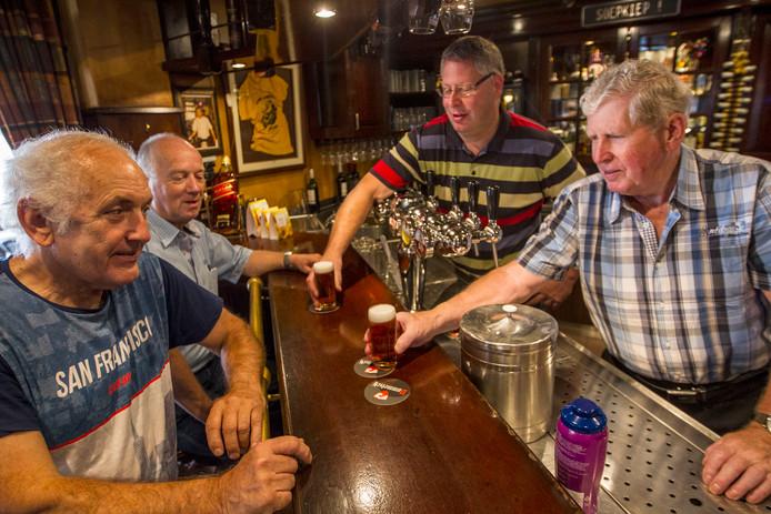 Vaste gasten Wim Lorant en Joseph van Hoek aan de bar bij café Jan van Hoek. Achter de tap oud eigenaar Jan van Hoek en zoon Peter.