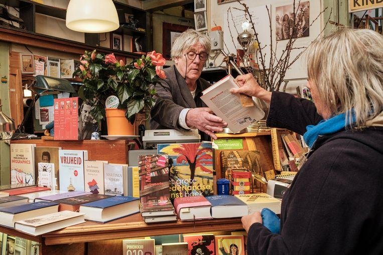 Ton Schimmelpennink in zijn winkel. 'Ik kijk terug in grote dankbaarheid.' Beeld Jakob Van Vliet