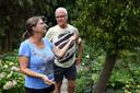 """Marjo en Anneke hebben de tuin in honingraad verdeeld: ,,Met een grote tuin weet je niet waar je gebleven bent met onderhoud."""""""