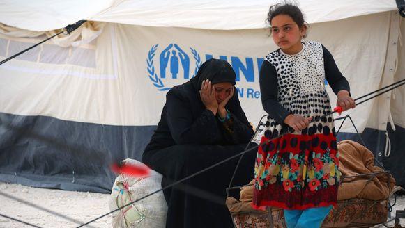 Een vrouw en een meisje in een door de VN opgezet vluchtelingenkamp in Ain Issa, Syrië.