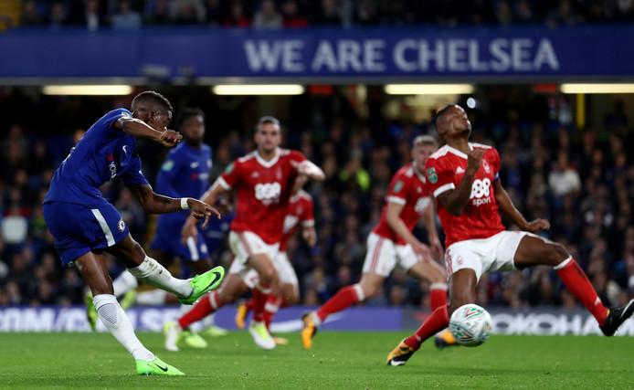 Charly Musonda scoort, in 2017, voor Chelsea in de Carabao Cup tegen Nottingham Forest.