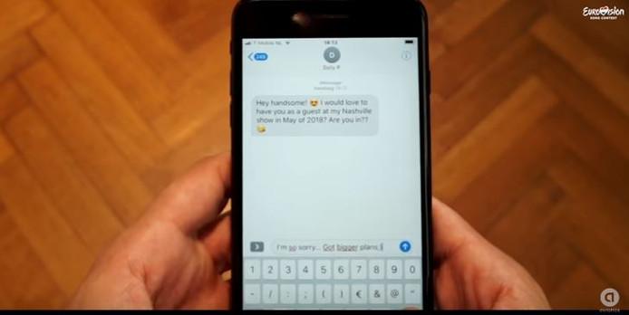 De man in het filmpje krijgt een sms van Dolly P.