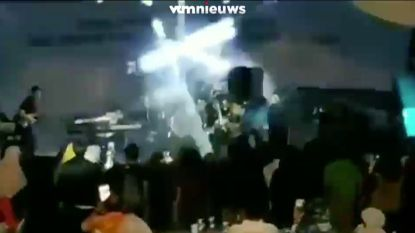 VIDEO. Tsunami spoelt podium weg tijdens optreden van band