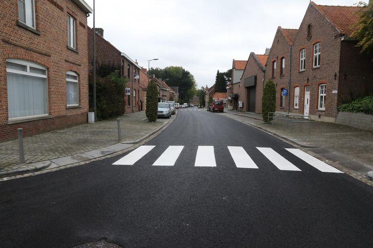 """Het onderwerp van de discussie: de nieuwe asfaltlaag in de Reningelststraat. """"Onaanvaardbaar dat de gemeente voor 140 meter gewestweg zo'n 47.000 euro betaalt"""", zegt Vandewynckel."""