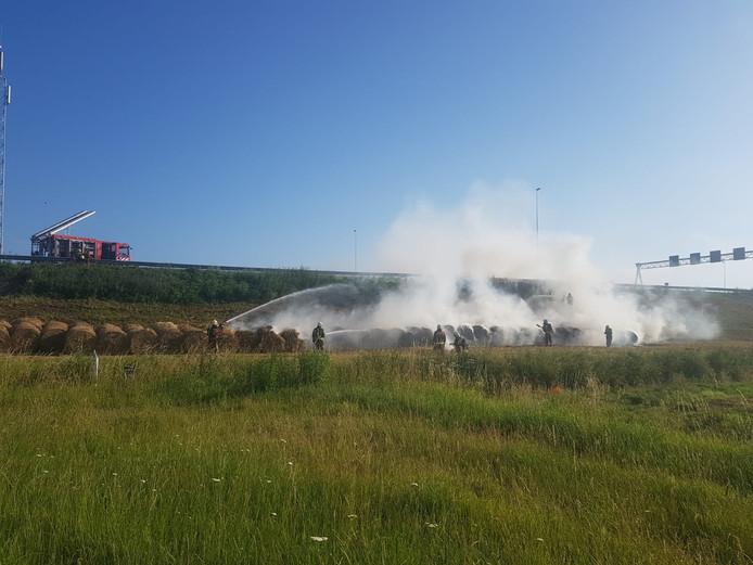 Langs de A12 bij Nieuwerbrug zijn hooibalen in brand gevlogen.