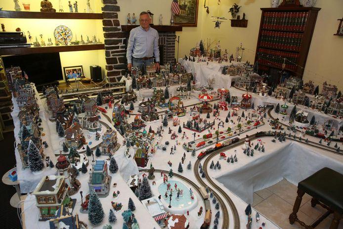 Gilbert Kraghmann bij het indrukwekkende kerstdorp in zijn woonkamer.