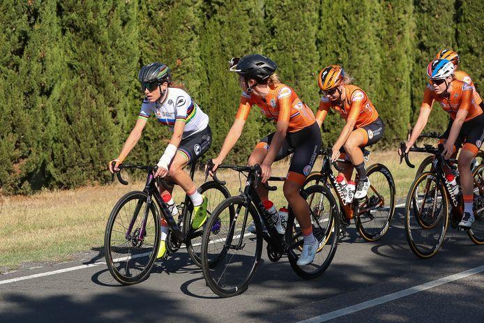 Annemiek van Vleuten (links) traint in Imola.