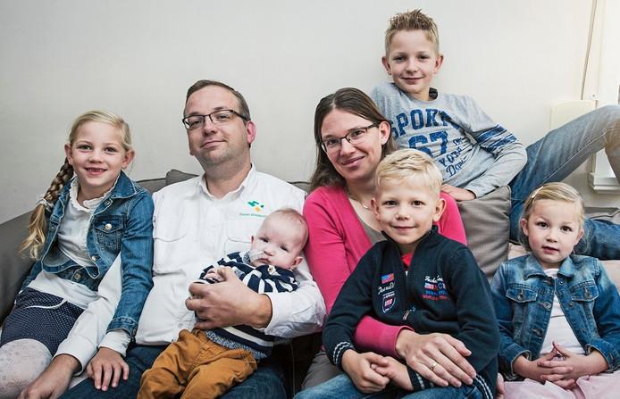 Vlnr: Martine, Ronald met Sander, Willemien, achter Arian, voor Henri, en Naomi.