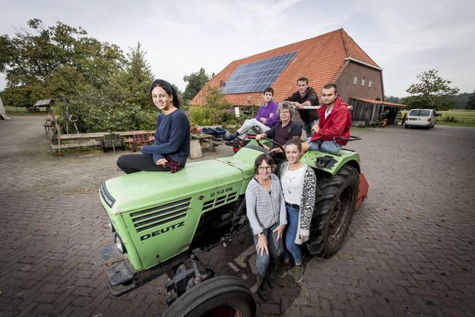 Vlnr boven: Ilse ten Brink, Leon , Piet Schagen, Siebrand Schagen en Sander. Onder: Liesbeth Huybrechts en Anna Lisa Schagen.