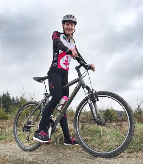 Michèle (38) fietst 600 kilometer door Afrika tegen kindhuwelijken