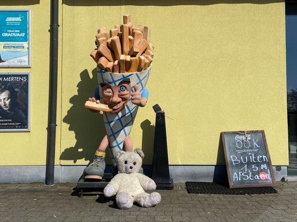 Ook Frituur in 't Dorp zette een beer voor de kinderen.