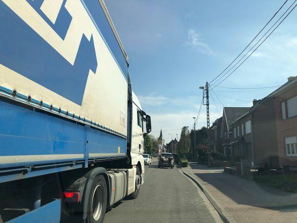Zware vrachtwagen denderen geregeld door de Stijn Streuvelslaan.