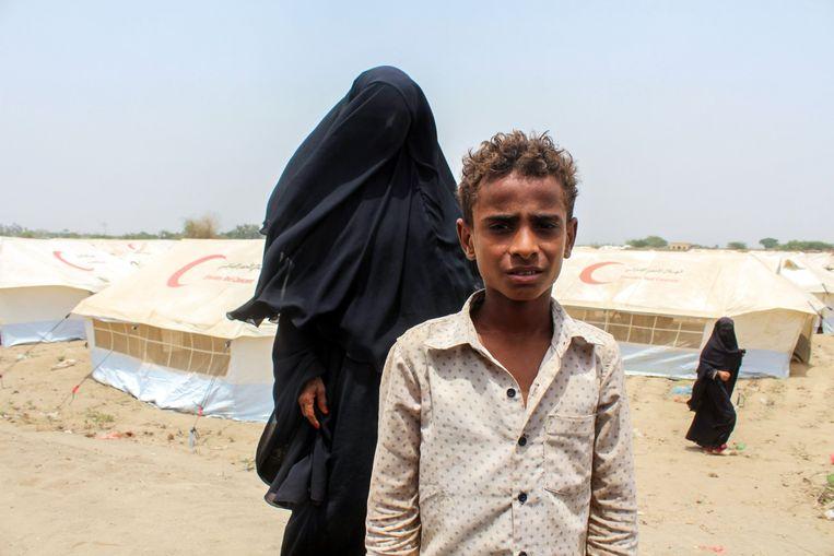 Een uit Hodeida gevluchte Jemenitische vrouw en kind, in een kamp in Khawkah Beeld Saleh al Obeidi / AFP