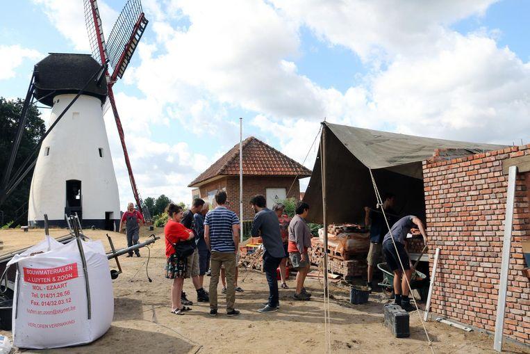 De bakoven komt in een huisje aan de molen.