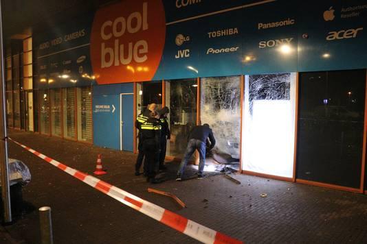 Bij de winkel is te zien dat het explosief verschillende ruiten zwaar heeft beschadigd.