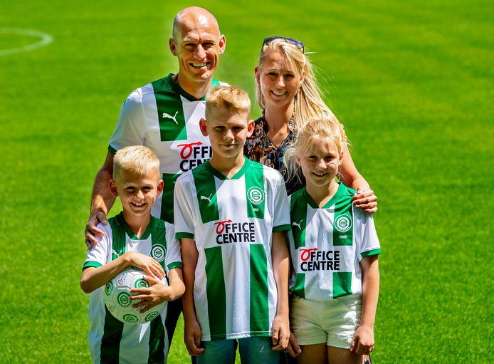 Arjen Robben met zijn vrouw Bernadien en hun drie kinderen in het stadion van FC Groningen.