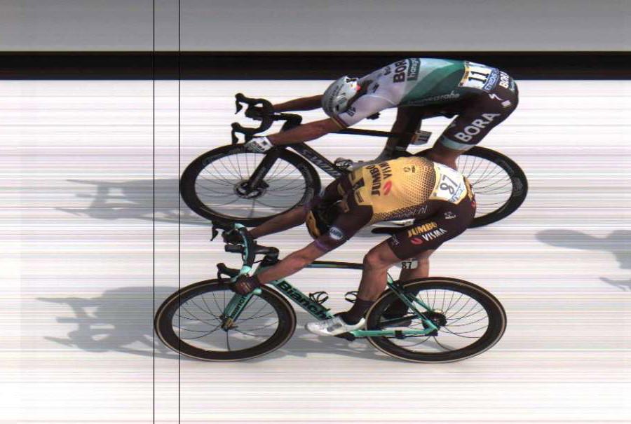 Een centimeter of 12 is het verschil, in het voordeel van de Jumbo-Visman-renner.