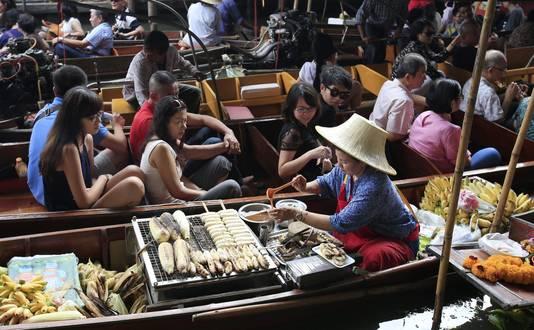 Inkopen doen op de floating market in Thailand