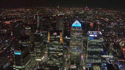 Betoverende luchtbeelden van nachtelijk Londen in lockdown
