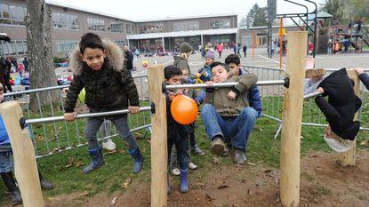 Leerlingen ravotten op gloednieuwe speeltuigen