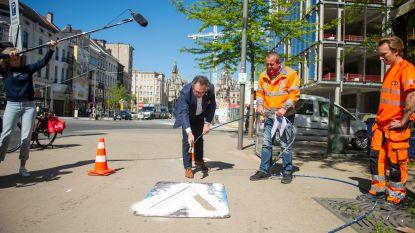 Pijlen wijzen shoppers de weg door Antwerpse winkelstraten, schepen stroopt zelf de mouwen op