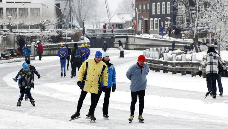 Schaatsers passeren het stadje Blokzijl tijdens de Blokzijler merentocht in 2010 Beeld ANP