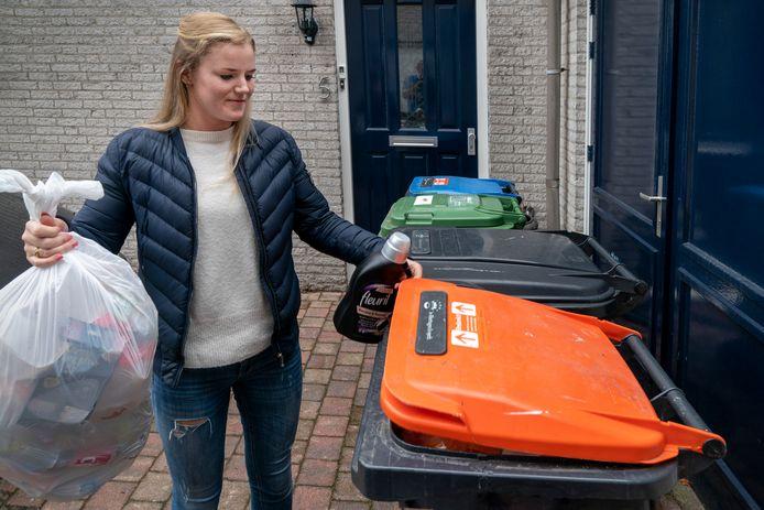In de oranje bak verdwijnt dikwijls afval dat er niet thuishoort. In Borne wordt daar nu streng op gecontroleerd.