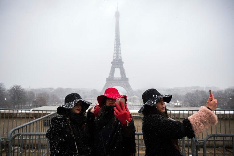 Man Springt Van Eiffeltoren.Code Oranje In Frankrijk Eiffeltoren Dicht Wegens