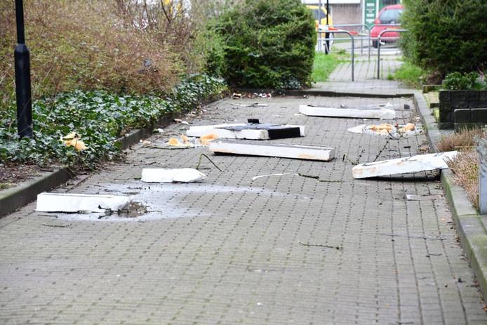 De afgewaaide dakplaten in Vlissingen.