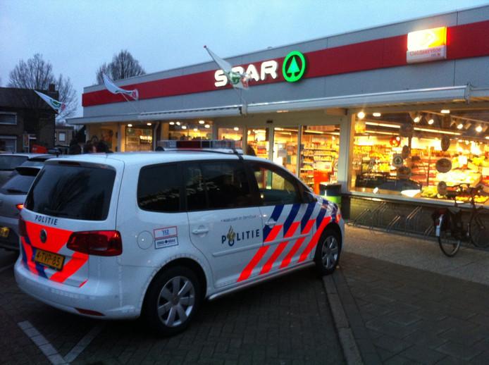 Politieauto bij de overvallen Spar supermarkt in Philippine