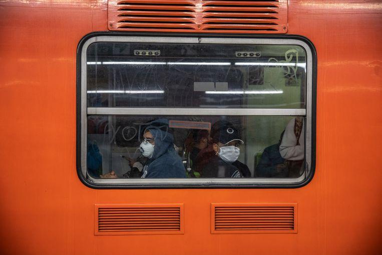 In de metro van Mexico-Stad is het dragen van mondkapjes verplicht is.  Beeld Cegarra