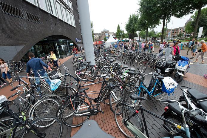 Een zee van fietsen voor de Rabobank aan het Keizer Karelplein in Nijmegen.