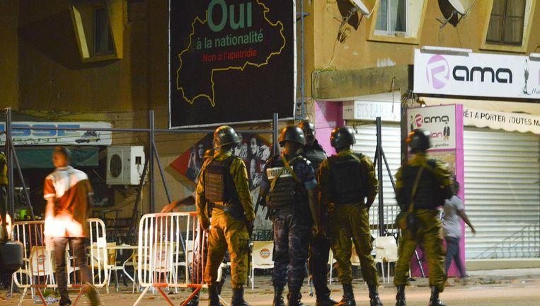 Burkinese veiligheidsagenten bij de plek van de aanslag. Beeld epa