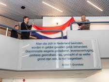 Burgemeester Kapelle bij onthulling bord Artikel 1: 'Wees waakzaam tegen discriminatie'