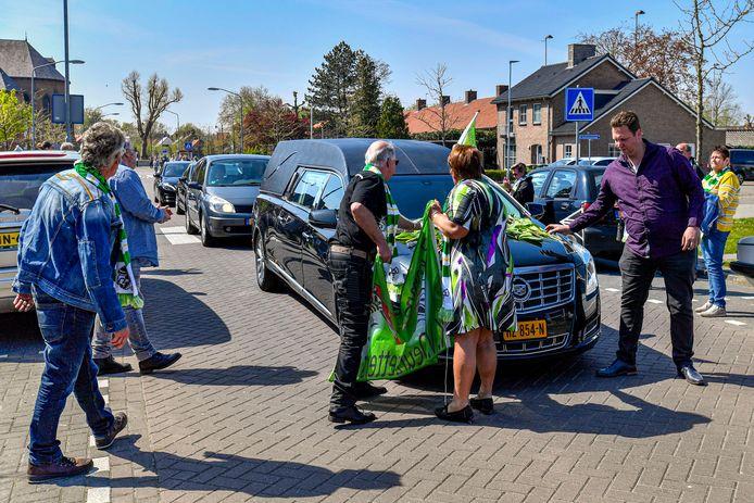 Bij wijze van eerbetoon namen inwoners van Standdaarbuiten afscheid met een erehaag van hun geliefde dorpsgenoot Jos Eenhuizen, die afgelopen zaterdag overleed.