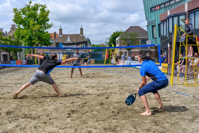 Beach-tennis was vorig jaar nieuw in het beachweekend op de Markt, links de oud lindeboom.