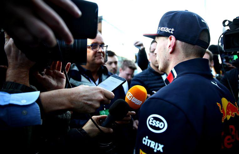 Max Verstappen praat met de pers. Beeld Getty Images